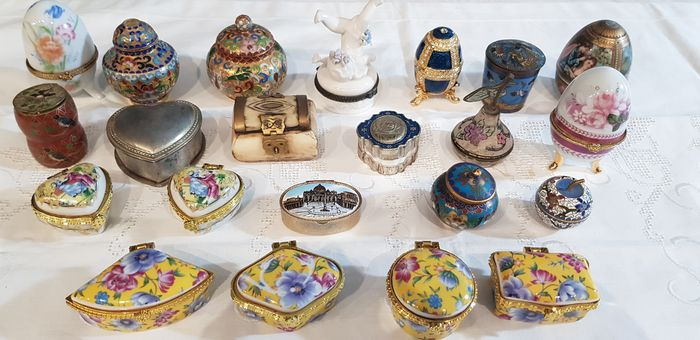 21 vintage pillboxes of various shapes and sizes - ceramic and various metal alloys