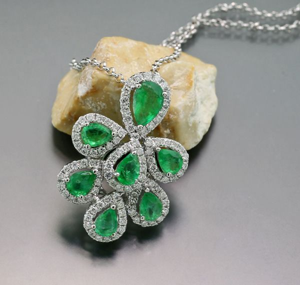 18 kt. White gold - Necklace with pendant - 1.70 ct Emeralds clear green with diamonds --- NO reserve price