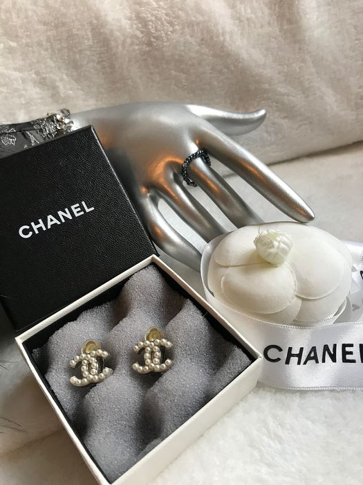 Chanel - Authentic classic faux pearl double CC Clip-on Earrings   Pendientes