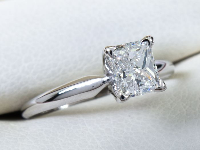 14 kt. Gold - Diamond ring with 0.63ct. solitair VVS2 / E center.