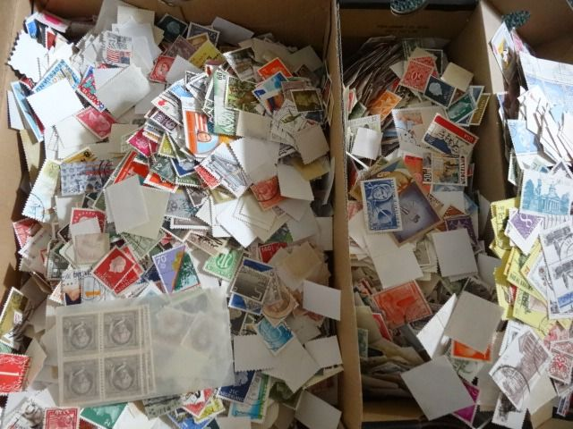 World - Batch of stamps in 2 boxes more than 30,000 pieces