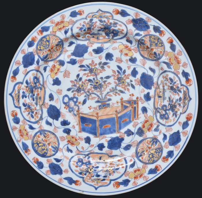 AN IMARI CHARGER 39.5 CM - Porcelain - China - Kangxi (1662-1722)