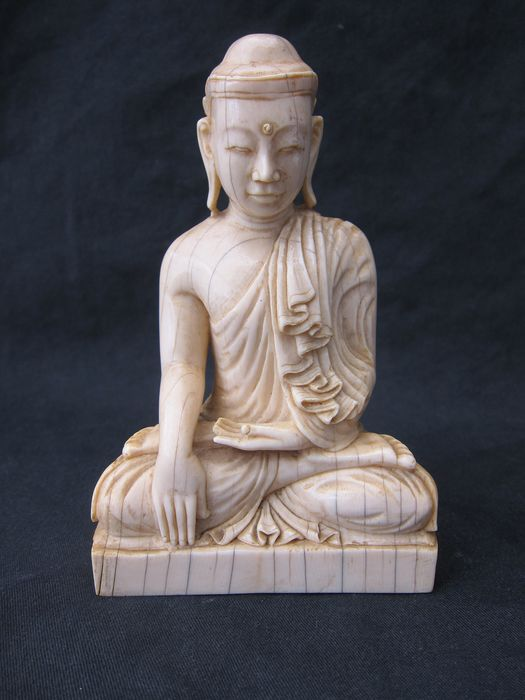 finely carved seated Buddha - Ivory - Burma - 19th century