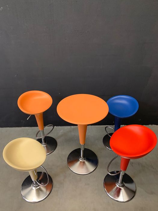 Stefano Giovannoni - Magis.    - Set of 4 bar stools with table (5) - Bombo