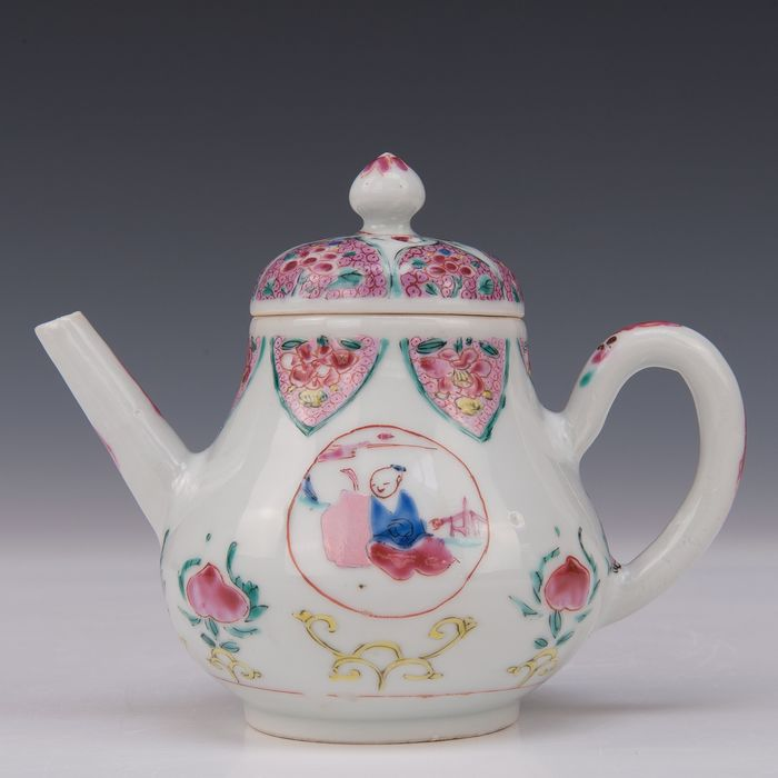 Teapot (1) - Famille rose - Porcelain - Figures and peaches - China - Qianlong, ca 1740