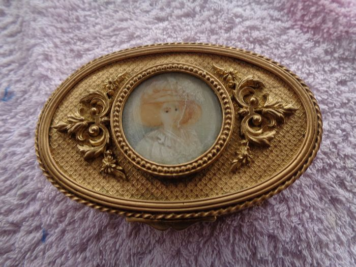Oval gilt bronze box with portrait - Empire Style - gilded bronze