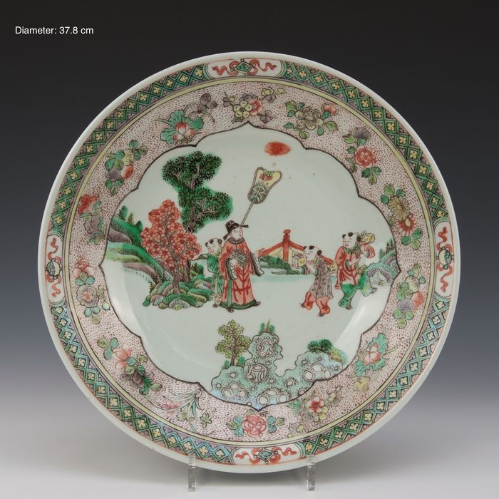 Large dish (1) - Famille verte - Porcelain - figures in a garden - China - 19th century