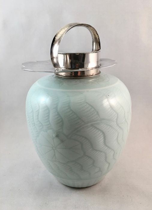 Chinese tea caddy with silver frame in the shape of a lotus flower - Porcelain, Silver - China - 19th century