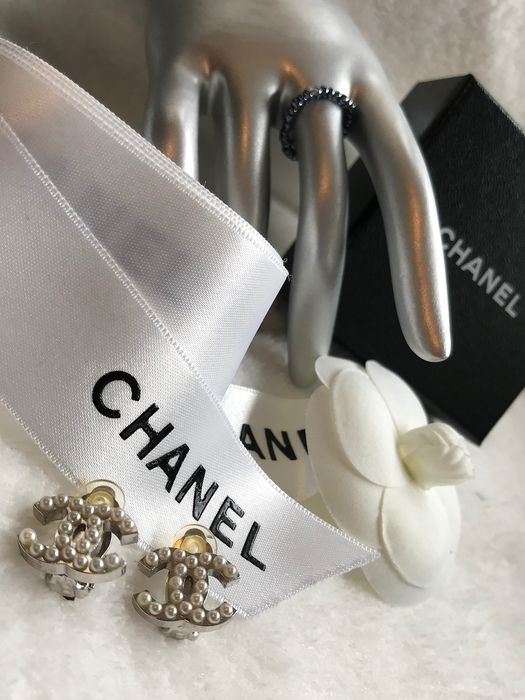 Chanel - Authentic classic faux pearl double CC Clip-on Earrings  Earrings