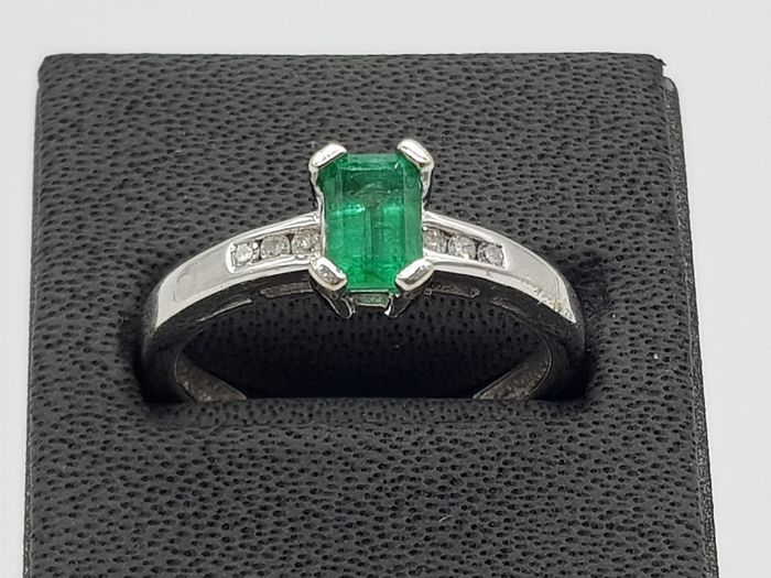 18ct White Gold Emerald & Diamond Dress Ring - 18 karaat Goud - Ring - 0.24 ct Smaragd - Diamanten