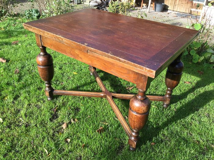 A draw leaf - extendable dining table - Wood- Oak