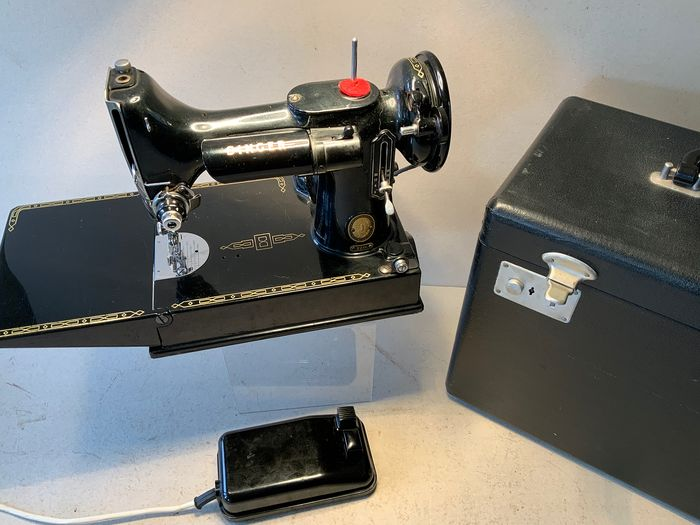 Singer Featherweight 221K - Sewing machine with suitcase and accessories, 1950s - Brass, Enamel, Leather, Steel, Wood