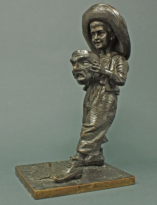 Sculpture Boy with mask. - Patinated bronze