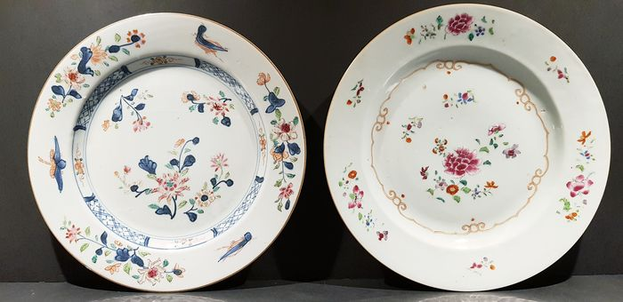 Plates (2) - Famille Rose - Porcelain - Flowers, Crickets - Lot of 2 Famille Rose plates - China - 18th century