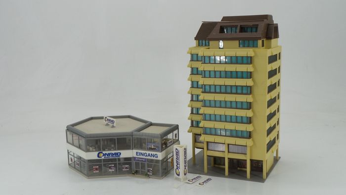 "Faller, Kibri H0 - 38381 - Scenery - Apartment buildings with shopping arcade and ""Conrad"" Superstore"