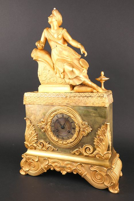 French pendulum with an asian woman - Bronze (gilt/silvered/patinated/cold painted) - First half 19th century