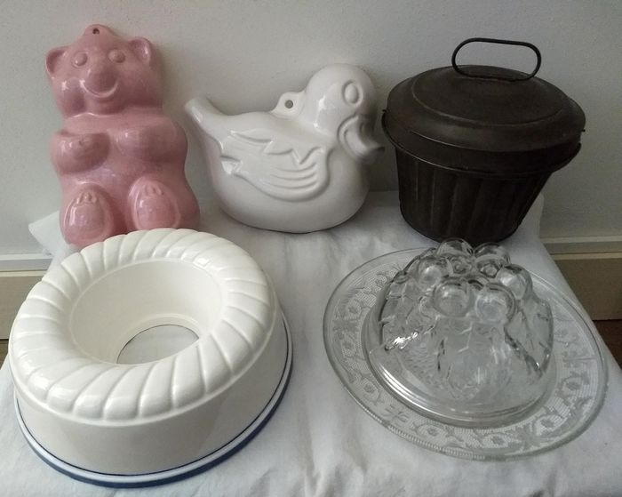 Lot of Old-fashioned pudding forms (5) - glass, earthenware, metal