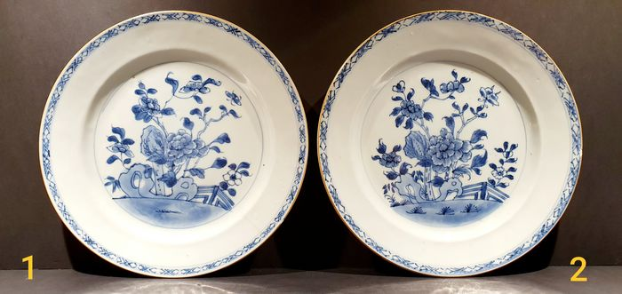 Beautiful Kangxi period plate with floral decor (2) - Blauw en wit - Porselein - Bloemen - China - Qianlong (1736-1795)