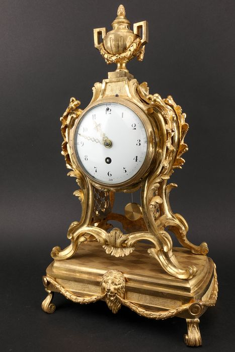 Large carved bronze clock clock (1st period) - Touw regulatie - Bronze (gilt/silvered/patinated/cold painted) - 19th century