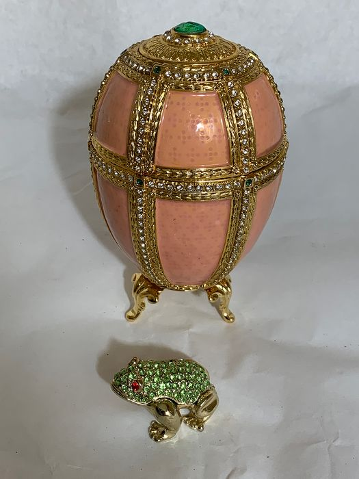 Fabergé - jewel egg from Fabergé with storage space and frog - enamel, 24K gold-plated, crystals