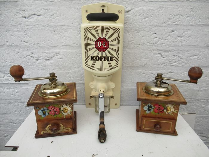 Beautiful wall coffee mill and two hand-painted coffee mills (3) - Porcelain Wood and zglas