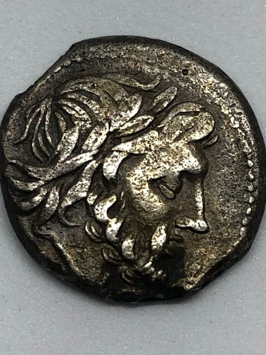 Roman Republic - Anonymous, AR Victoriatus, (c.a. 208 B.C.) - Victory standing right - Silver