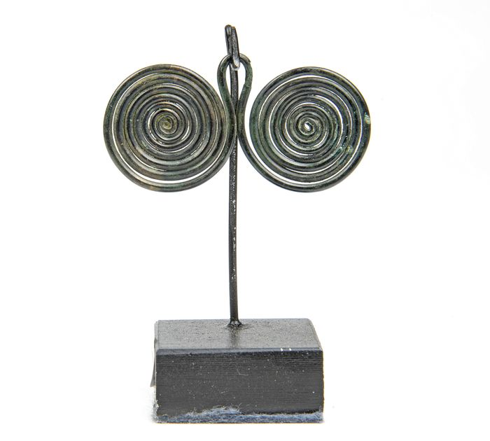 Prehistoric, Bronze Age Bronze finely patinated 'Spectacle' Pendant - 2.6×4.9×0.15 cm