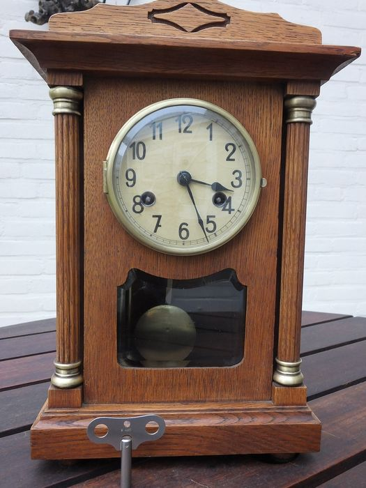 Beautiful oak table clock with columns and cut glassware, including the wind-up key. - Brass, Glass, Wood, Oak - Early 20th century