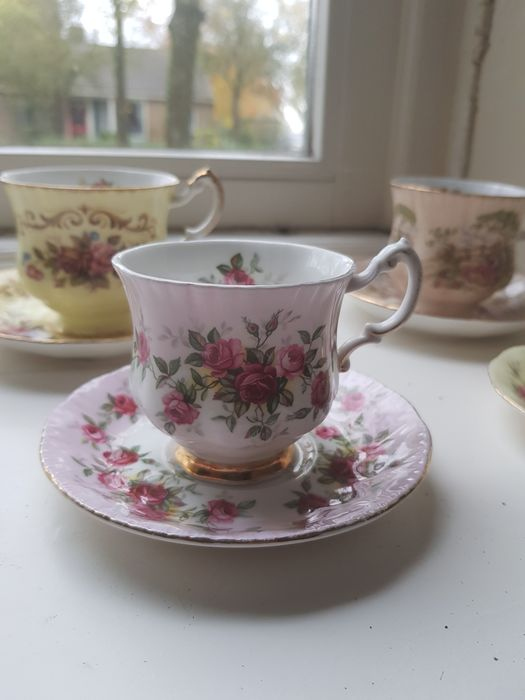 Cups and saucers (4) - Porcelain