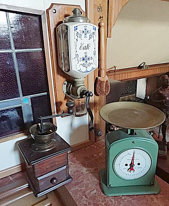 Vintage kitchenware: kitchen scale and two coffee grinders - Wood, metal, glass, ceramics
