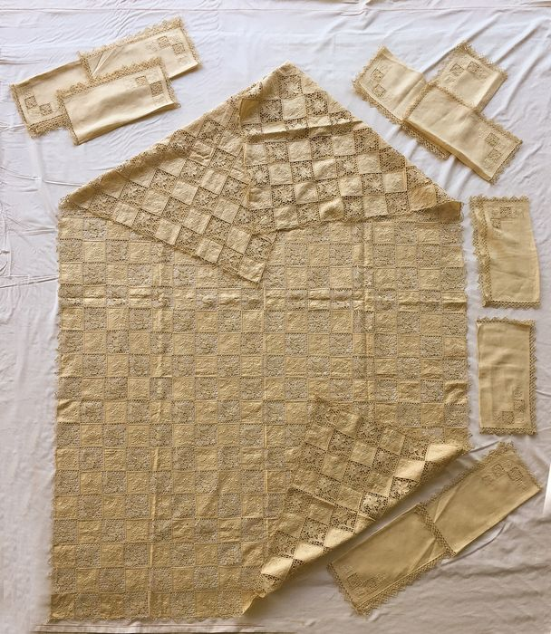 Large important tablecloth hand embroidered in pure ecru linen with 12 napkins (13) - Linen - Early 20th century