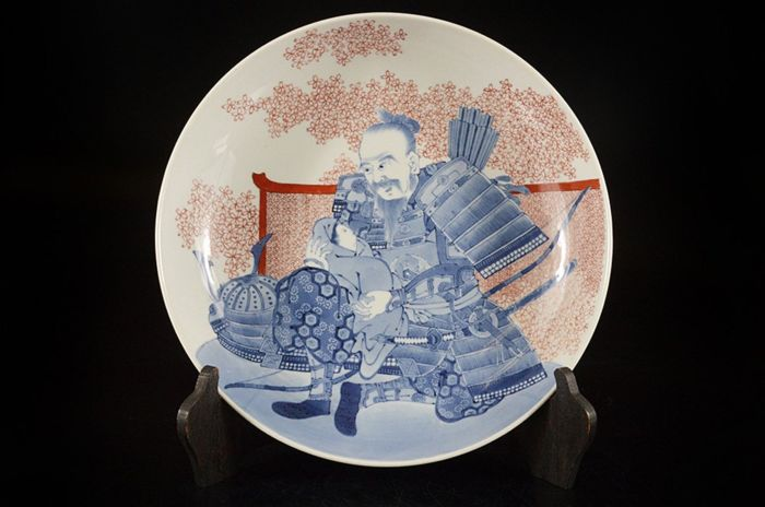 Dish (1) - Arita - Porcelain - Very fine footed nabeshima with samurai holding baby - Japan - Meiji period (1868-1912)