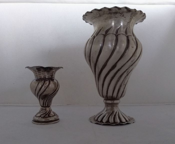 Vase, Hand chased flower vases  (2) - .800 silver - Italy - First half 20th century