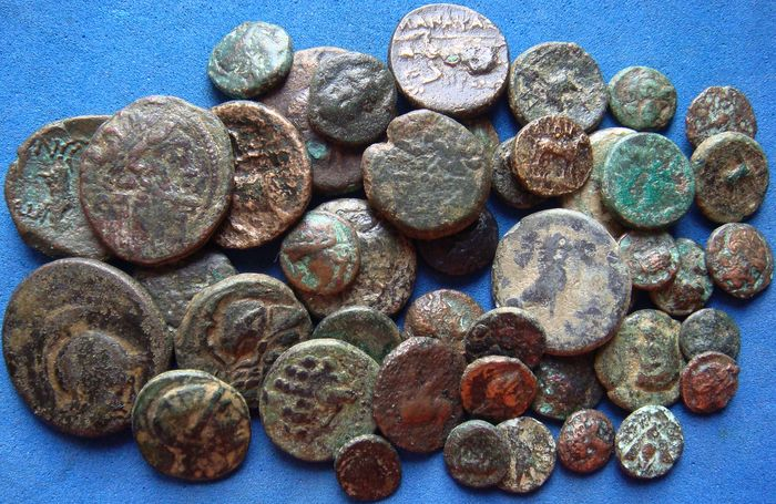 Grecia (antica) -  Lot of 44 AE coins, 4th-2nd Cent. BC.
