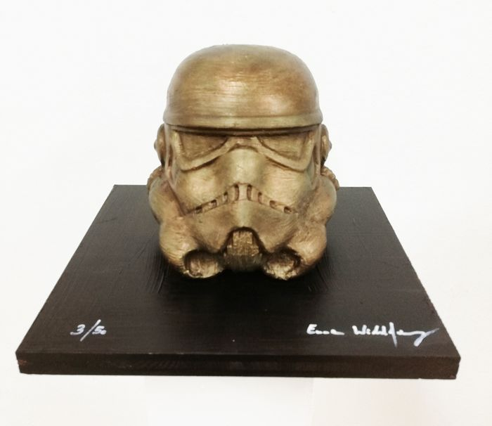 Star Wars - Stormtrooper bronzed by artist Emma Wildfang - Opera d'arte The sculpture on bronzed wooden plate has a weight of 2260g