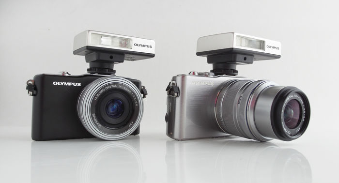 "Olympus ""dummy-camera's"": PEN Mini E-PM1 en PEN Lite E-PL3, met flitsers en 2x Zuiko 14-42mm"