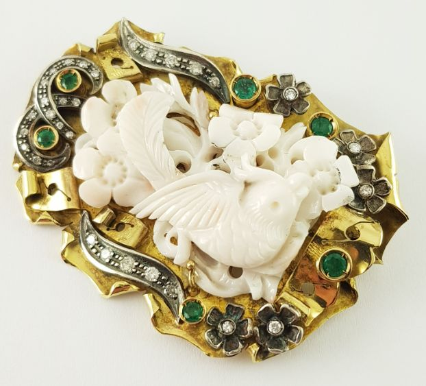 18 kt. + 800 Silver, Yellow gold - Brooch, Gold Coral Brooch - Coral + Gold + Silver - Diamonds + Emeralds Coral - Emerald