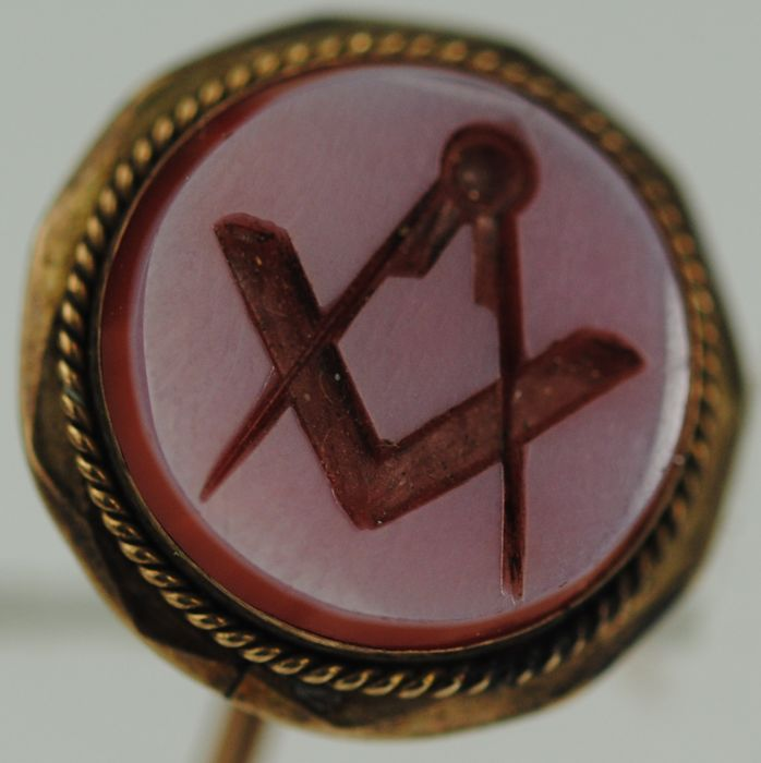 Masonic Square & Compass Carved Agate Pin Brooch - Geel metaal