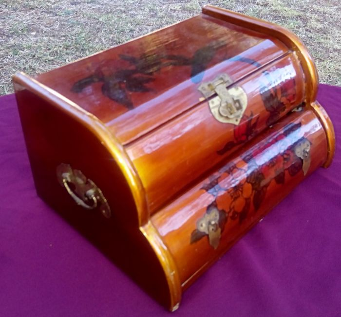 Trunk Jewellery box Lacquered wood and decorated with floral motifs. Golden brass hardware. Origin: Asia. 1950s