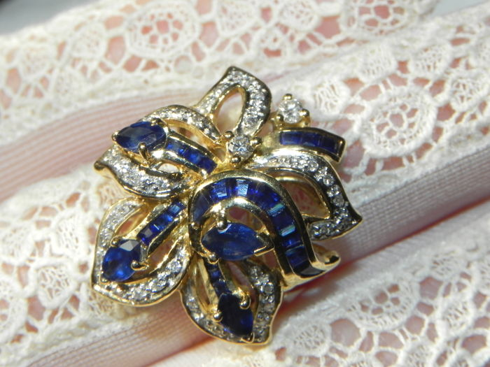 "18 kt. - Antique Ring ""Blossom"" Gold 750 with 42 diamonds Brilliant cut 0.90 ct / sapphires - 0.90 ct Diamond"