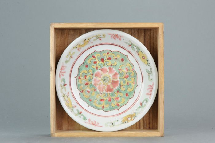 Bord - Porselein - Lovely Southern China Famille Rose + Box - China - 18e of 19e eeuw