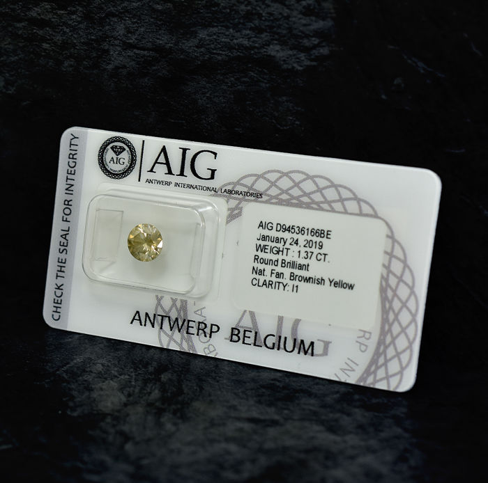 Diamond - 1.37 ct - Brilliant - Natural Fancy Brownish Yellow - I1 - NO RESERVE PRICE - EXC/G/VG