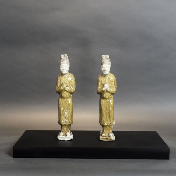 Staand figuur (1) - Terracotta en glazuur oranje glazuur - Pair of amber glazed attendants - China - Tang Dynasty (618-907)