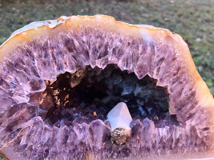 Quartz Complete Geode formed by all two halves with amethyst and large  calcite crystals - 8,2 kg - Catawiki
