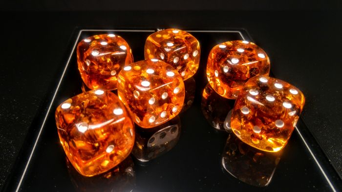 Amber (fossilized resin) playing Dices - 28×28×28 mm - 154 g - (6)
