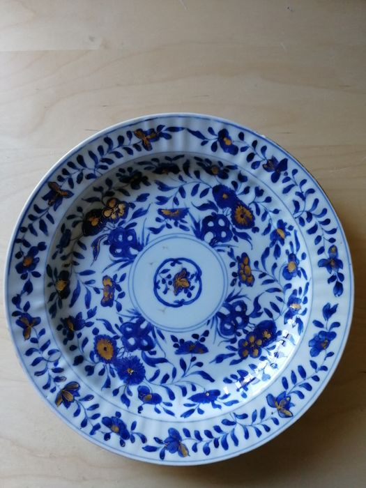 Plate (1) - Blue and white, Chinese export - Porcelain - Flowers - 28cm Diameter - China - Kangxi (1662-1722)
