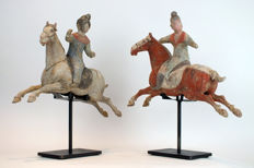 Mingqi - Terrakotta - A Rare Pair of Painted Grey Pottery Female and Male Polo Players Astride a Galloping Horse, TL test - Kiina - Tang Dynasty (618-907)
