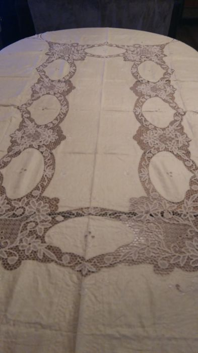 Museum-worthy tablecloth of pure linen, Burano lace and hand embroidery