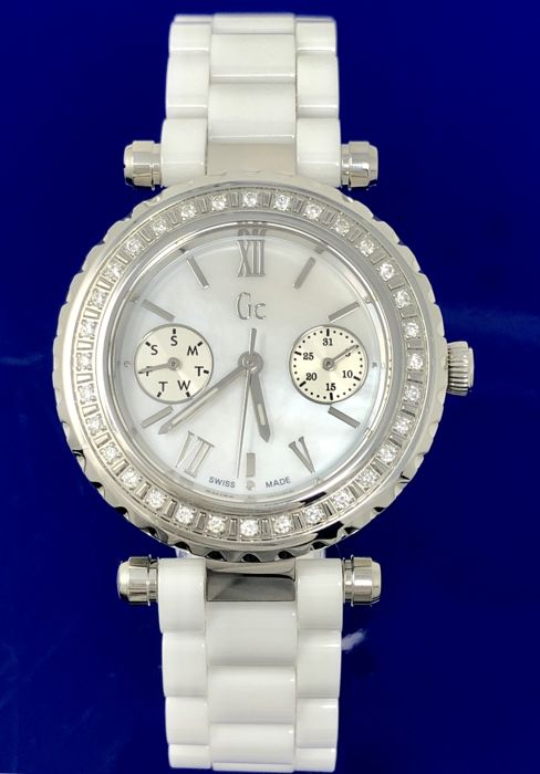 Guess Collection  - 32 DIAMONDS Diver Chic White Ceramic Swiss Made - I01200L1 - Women - 2011-present