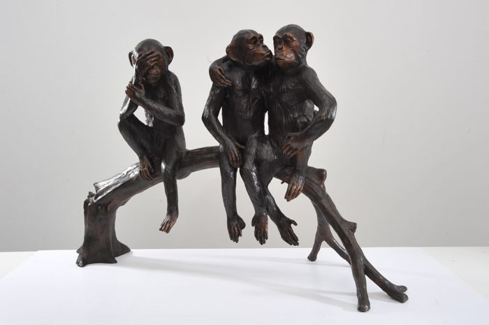 Group of 3 monkeys on a branch - giant size - Patinated bronze - 21st century